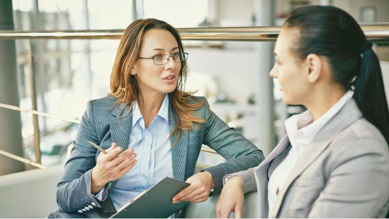 Im Mitarbeitergespräch sollten Führungskräfte im Dialog mit dem Mitarbeiter einen persönlichen Entwicklungsplan (PEP) für ihn erstellen.