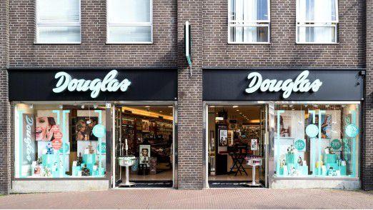 Douglas-Filiale: Vor dem wichtigen Weihnachtsgeschäft kommt Bewegung in den deutschen Parfümeriemarkt.