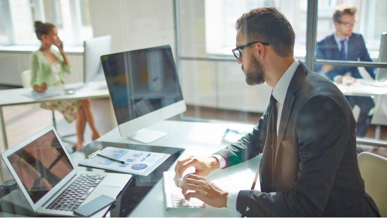 Personenbezogene Daten von Beschäftigten, wie z. B. Name, Adresse oder Kontoverbindung, dürfen laut DSGVO für Zwecke des Beschäftigungsverhältnisses erhoben werden.