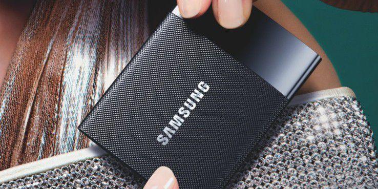 Die zierliche Festplatte liegt gut in der Hand: Samsung Portable SSD T1