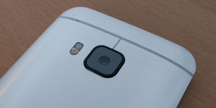 Die Kamera des HTC One M9 löst mit 20 Megapixeln auf. Sie steht leicht aus dem Gehäuse hervor, da der neue Sensor mehr Platz benötigt.