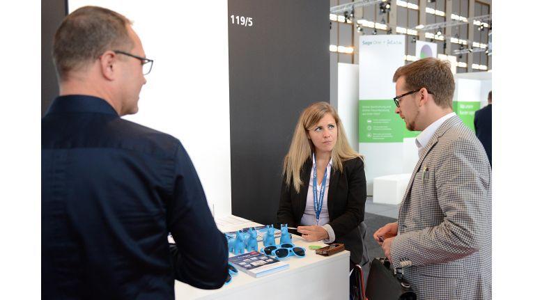 Imke Müller-Wallraf von Lengow erklärt potentiellen Kunden, wie die Lengow-Lösung bis zu 1.300 Marketingkanäle und 500 Marktplatzanbindungen sichtbar machen kann.