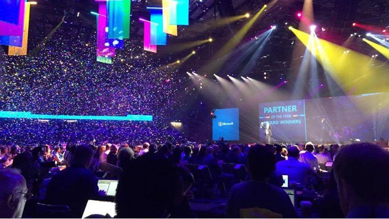 Konfetti und emotionale Bekenntnisse: Microsoft bleibe eine partner-orientierte Firma, so Konzernchef Satya Nadella am ersten Tag der weltweiten Partnerkonferenz in Orlando.