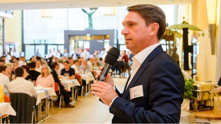 Computer Compass Geschäftsführer Dirk Henniges begrüßt die Gäste der Compass Business Convention in Fulda.