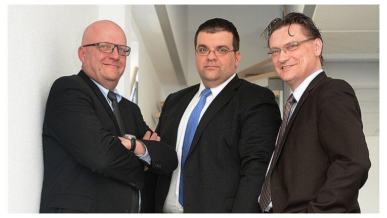 Hier zeigt sich DextraDatas Geschäftsführung mit (von links) Frank Haines, Geschäftsführer Client Consulting, Shayan Faghfouri Geschäftsführer und Dirk Schohmann Managing Director Finance & Organisation.