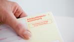 Wehren Sie sich gegen Blaumacher: Mit Krankenschein an den Baggersee - Foto: AXA
