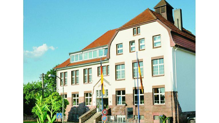 Der Firmensitz der Krämer IT Solutions - in der denkmalgeschützten Koßmannschule - hat ebenfalls eine bewegte 100-jährige Geschichte. Michael Krämer übernahm das Gebäude im Jahr 2005, sanierte es von Grund auf, bewahrte aber den ursprünglichen Charakter und viele historische Details des Gebäudes.