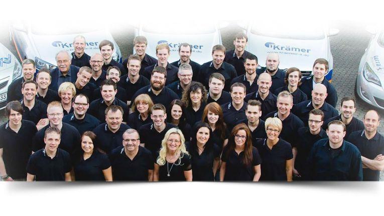 Das Team von Krämer IT Solutions. Im Hintergrund: die nur selten am Firmensitz in dieser Fülle zu sehenden Firmenfahrzeuge. Die sind fast immer unterwegs beim Kunden.
