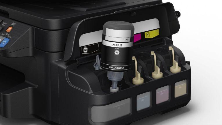 Epson Ecotank: Nachfüllfläschen bieten zwei Jahre Ruhe beim Tintenaustausch.