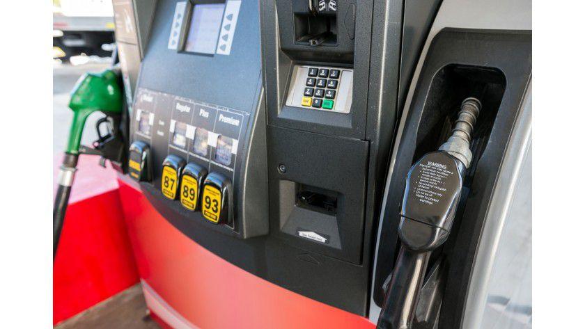 Nicht jeder Tankautomat akzeptiert alle Kreditkarten. In den USA und Großbritannien wird teilweise die ZIP anstelle der PIN verlangt.