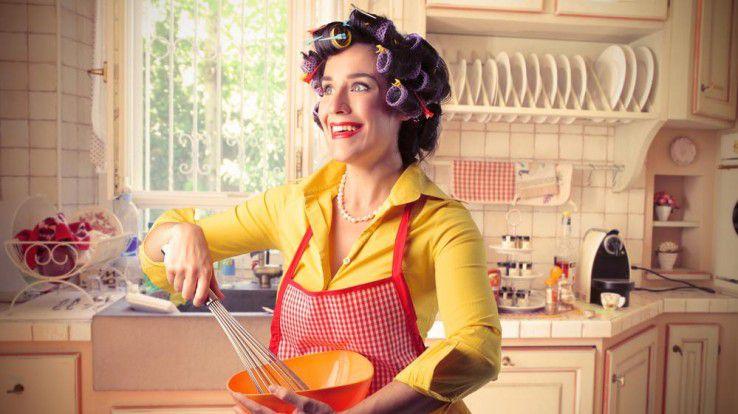 Frauenfeindliche Werbung ist in den Jahrzehnten nach dem zweiten Weltkrieg gang und gäbe. Wir zeigen Ihnen zehn unrühmliche Beispiele, die heutzutage für einen Sturm der Entrüstung sorgen würden.