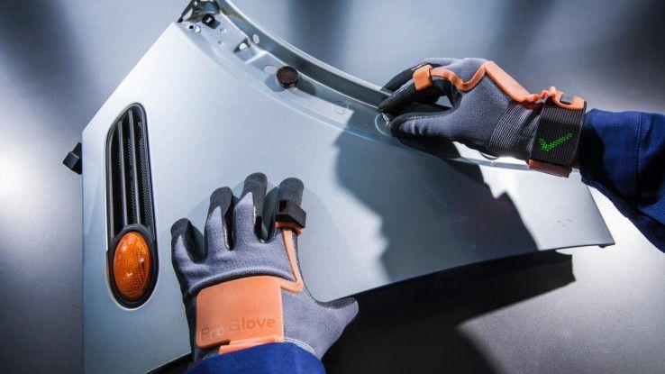 Der Sensorhandschuh ProGlove erkennt per RFID , was sein Benutzer gerade in die Hand nimmt. Weitere Sensoren erkennen zudem, welche Bewegungen der Benutzer ausführt.