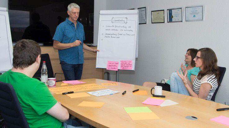 Eine agile Organisationsentwicklung bringt mehr Verantwortung für jeden einzelnen Mitarbeiter. Damit alle im Team an einem Strang ziehen, gilt es, den Dialog auf Augenhöhe zu suchen und intensiv über die neuen Verantwortungsbereiche zu sprechen.