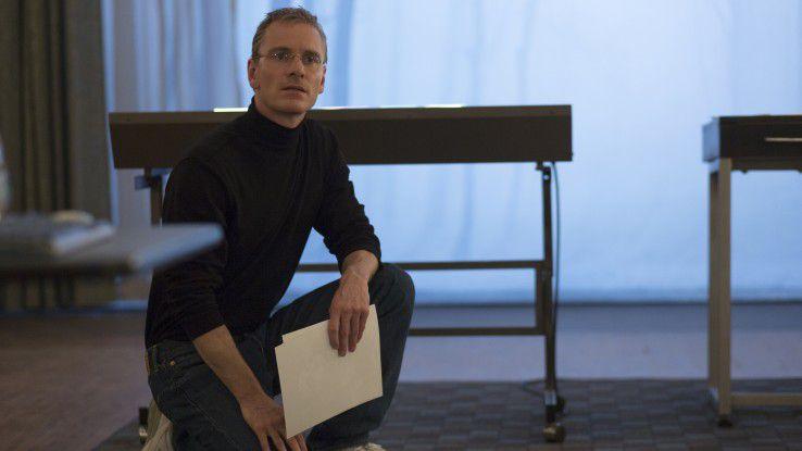 """Michael Fassbender mimt im neuen Biopic """"Steve Jobs"""" den verstorbenen Apple-Guru. Für die Regie zeichnet Oscar-Preisträger Danny Boyle verantwortlich."""