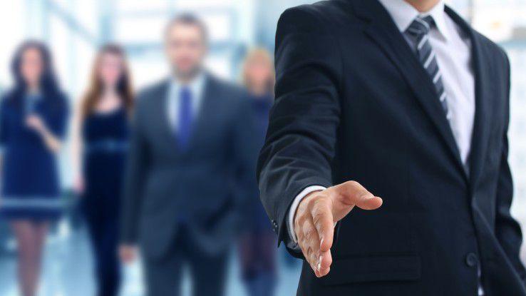 Beeinflussen können Sie die Kaufentscheidung des Kunden nur, indem Sie sich mit ihm austauschen, so ein wichtiger Tipp für Salesprofis.