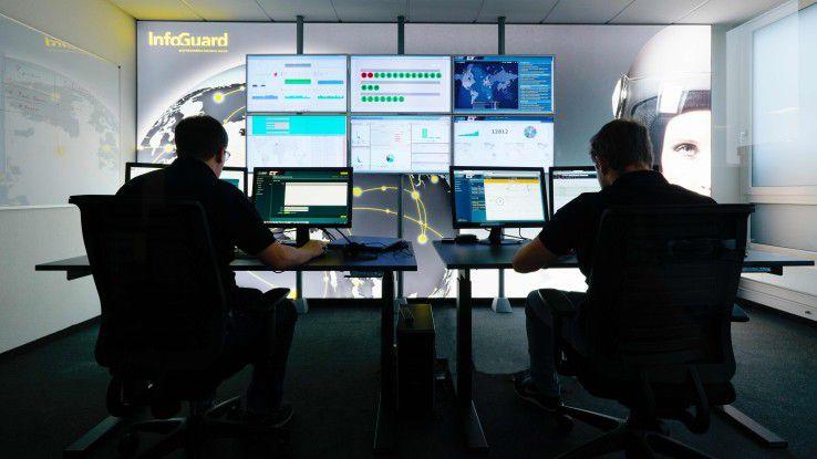 Um Gefahrensituationen zu beurteilen und frühzeitig Abwehrmaßnahmen einzuleiten, können Unternehmen die Security-Analyse an Dienstleister auslagern, wie dem InfoGuard Cyber Defence Center.