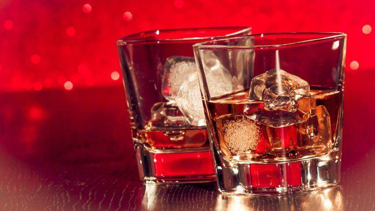 Achtung Weihnachtsfeier: Die Anzahl der Drinks wird genauso registriert wie der Flirt mit dem Kollegen.
