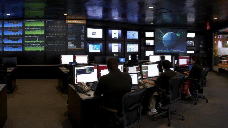 Rund um die Uhr überwachen die Experten den Zustand des Internets