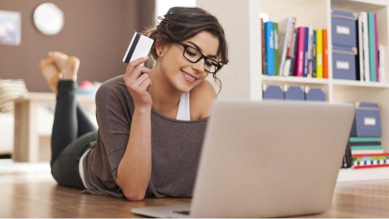 492 Milliarden Euro gaben die Deutschen im vergangenen Jahr im Einzelhandel aus. Jeder zehnte Euro wurde davon online generiert.