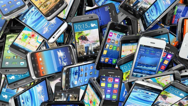 Smartphones mit fest verbautem Akku erschweren eine längere Nutzung, bzw. machen sie teurer.