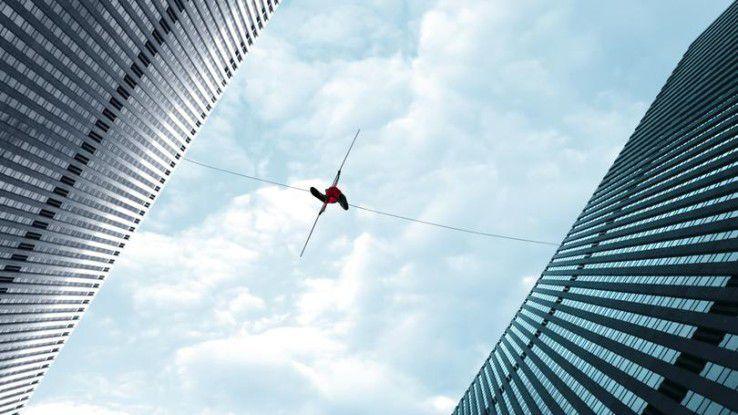 Zwei von drei Firmen geben an, dass ihre digitalen Transformationsprojekte eher einem Balanceakt gleichen – Ausgang ungewiss.