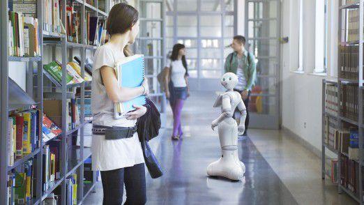 Schon Realität: Roboter Pepper war der Star auf der CeBIT 2016. Er konnte mit Menschen parlieren und Auskünfte geben. In Japan werden solche und ähnliche Systeme bereits in Hotels am Empfang und als Bedienungen in Restaurants eingesetzt.