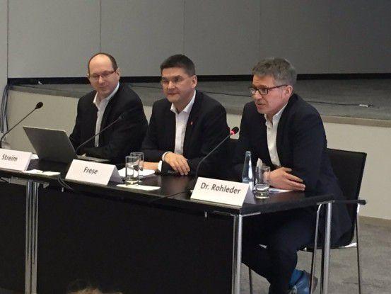 CeBIT-Chef Oliver Frese (Mitte) will auf der Mese digitale Geschäftsmodelle erlebbar machen. An seiner Seite: Bitkom-Geschäftsführer Bernhard Rohleder (rechts) und Bitkom-Pressesprecher Andreas Streim (links).