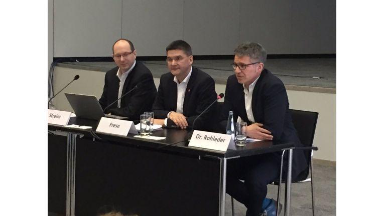 CeBIT-Chef Oliver Frese (Mitte) und Bitkom-Geschäftsführer Bernhard Rohleder (rechts) ziehen zufrieden Bilanz.
