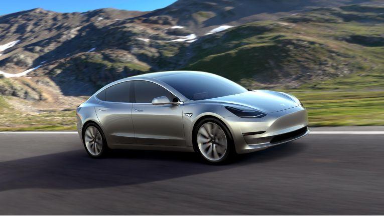 Mit der Mittelklasse-Limousine Model 3 peilt Tesla nun auch den Massenmarkt an - wenn das Elektroauto in ausreichend Stückzahlen erhältlich ist.
