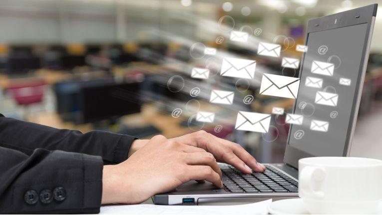 Die Benachrichtigung über neue E-Mails lässt sich abstellen. Das verhindert, dass der Arbeitsfluss alle paar Minuten unterbrochen wird.