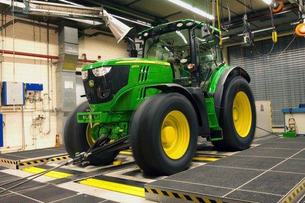 Auf dem Rollenprüfstand werden die Traktoren im Werk Mannheim auf Herz und Nieren geprüft.