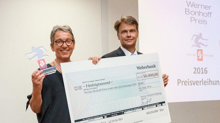 Christa Weidner und Stiftungsvorstand Till Bartelt bei der Preisübergabe.