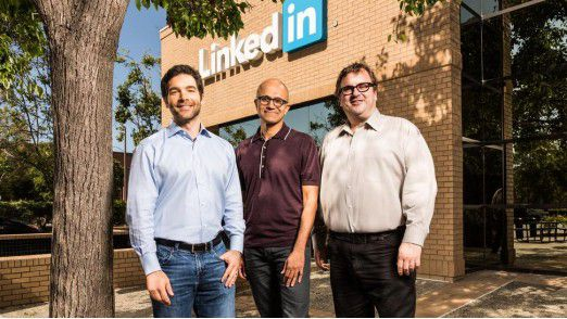 Microsoft-Chef Satya Nadella (Mitte) und seine künftigen Mitarbeiter: LinkedIn-CEO Jeff Weiner (li.) und Reid Hoffman, Chairman von LinkedIn (re.)