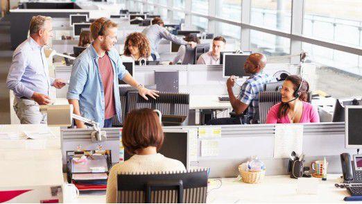 Nur auf Stockfotos sind Mitarbeiter so entspannt in Open Space-Büros. In der Realität sind sie gestresst, müde und sitzen unbequem.