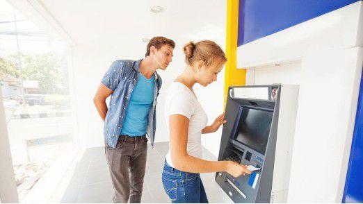 In 50 Jahren Geldautomat ist viel passiert. Eher negativ ist das sogenannte Skimming (siehe Foto).