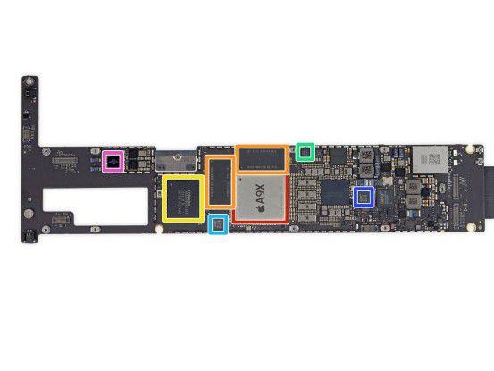 Der NAND-Speicher eines iPad Pro befindet sich auf dem Mainboard, das Modul ist gelb markiert.
