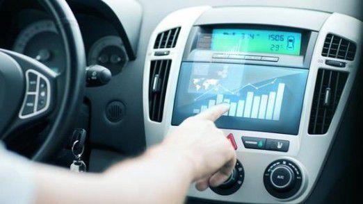 Smart Services machen es möglich, dass Mitarbeiter während der Fahrt zum Kunden auf Unternehmensdaten zugreifen können.