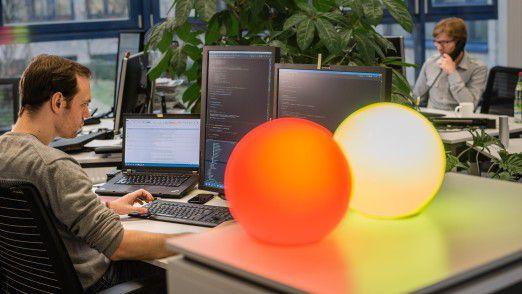 Bitte nicht stören: Schon die Farbe der Lampe zeigt den Mitarbeitern bei QAware an, ob der Entwickler gestört werden kann. Die Lampen an den Schreibtischen leuchten je nach Projektstand weiß, rot, orange oder grün.