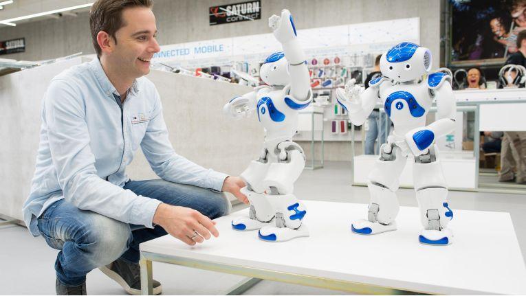 In Köln begrüßt bereits Roboter Nao dei Kunden und präsentiert Produkte