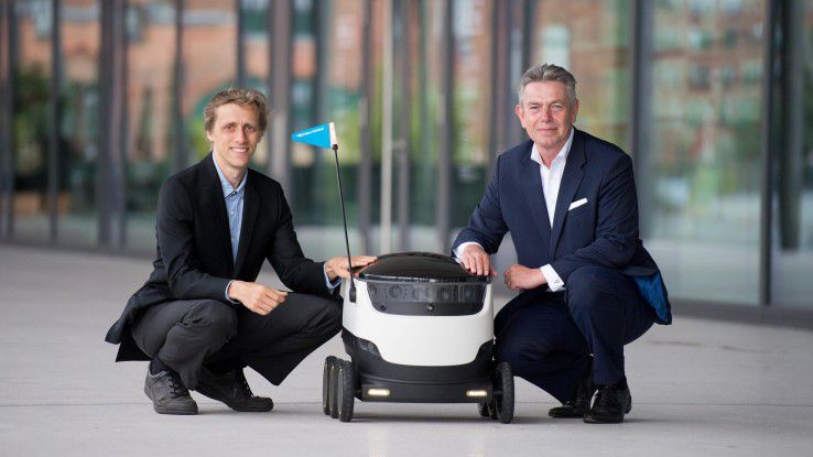 Frank Rausch (CEO Hermes Germany GmbH, rechts im Bild) und Ahti Heinla (CEO Starship Technologies) bei der Vorstellung des Zustellroboters in Hamburg.