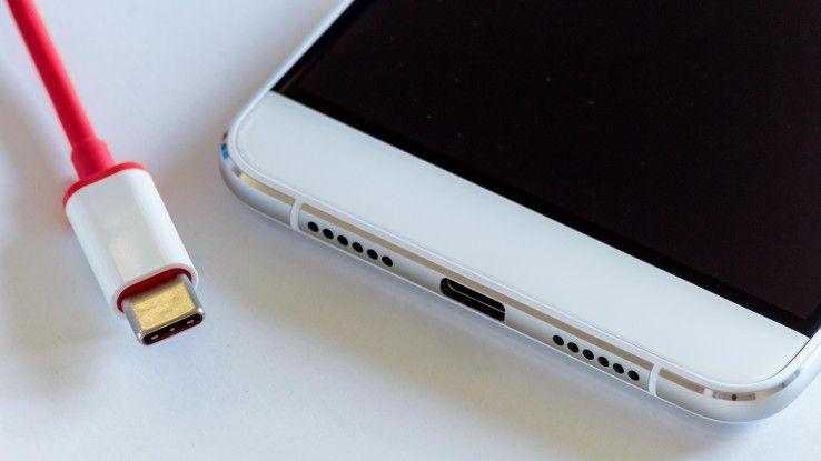 Brandgefährlich: Manche USB-C-Kabel laden Smartphones mit zu hoher Spannung.