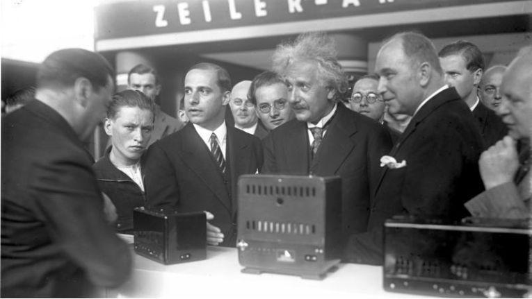 1930 sprach Albert Einstein ein Grußwort zur Eröffnung, das über Rundfunk übertragen wurde.