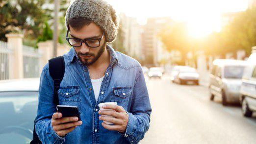 Immer mehr Deutsche surfen im Internet - am liebsten per Smartphone.