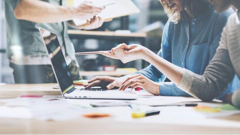 """Das Vertrauen deutscher Unternehmen in digitale Investitionen ist hoch: 84 Prozent glauben, dass sie ihren Wettbewerbern dank digitaler Investitionen """"etwas oder deutlich"""" überlegen sind."""