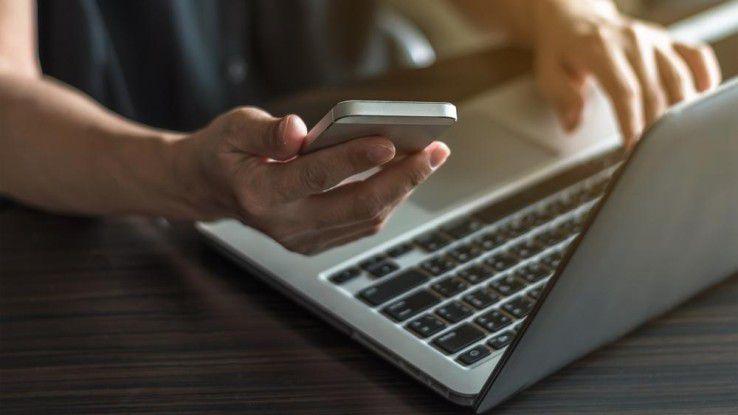 Nutzen Sie Ihr Smartphone als mobiles Modem. Über den Smartphone-Hotspot kommt Ihr Notebook ins Internet.