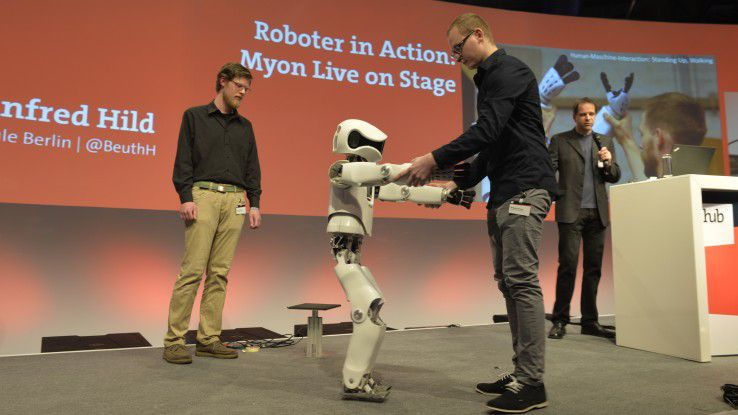 Fragiler Tanz: Noch können die Wissenschaftler der Beuth Hochschule Berlin nur zaghaft erste Runden mit dem humanoiden Roboter drehen. Dafür funktionieren dessen Arme und Beine auch dann, wenn sie vom Korpus getrennt werden.