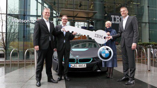 Harriet Green, Global Head of Watson IoT und Niklaus Waser, Leiter des Watson IoT Center in München, übergeben BMW-Vertretern den symbolischen Schlüssel zum Center.