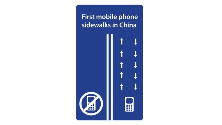 Verkehrte Welt - im chinesischen Chongqing wurde 2014 ein eigener Fußweg für Smartphone-User aufgemacht.