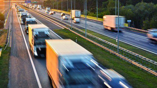 Trucks im Stau: Dieses Bild zeigt sich auf europäischen Autobahnen immer häufiger. Die traurige Wahrheit: Viele Lkw sind gar nicht beladen.