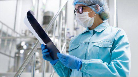 Bei der Produktion des sterilen Bindenmaterials herrscht bei Hans Hepp Reinraumatmosphäre.